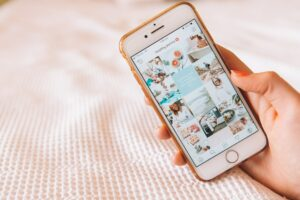smartphone montrant un feed instagram