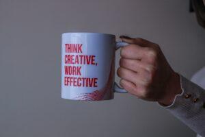 tasse avec citation inspirante pour une agence de community management