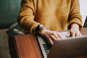 social manager travaillant sur son ordinateur
